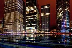 Construção de Paris da noite; os escritórios iluminaram empregados Foto de Stock