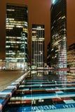 Construção de Paris da noite; os escritórios iluminaram empregados Imagens de Stock Royalty Free