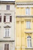 Construção de pedra velha com janelas antigas Imagem de Stock