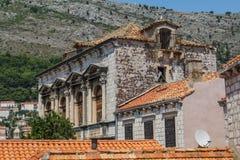 A construção de pedra velha com um telhado telhado e embarcou acima das janelas em Dubrovnik foto de stock royalty free