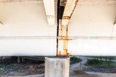Construção de ponte danificada e oxidada do metal com oxidação e corrosão na parte conectada com perigo dos parafusos para o uso  imagem de stock