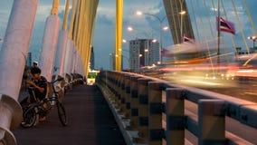 A construção de ponte no crepúsculo e reflexão do rio em nigh Fotografia de Stock