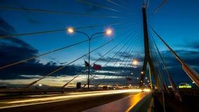 A construção de ponte no crepúsculo e reflexão do rio em nigh Imagens de Stock Royalty Free