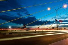 A construção de ponte no crepúsculo e reflexão do rio em nigh Foto de Stock