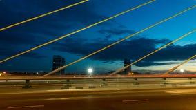 A construção de ponte no crepúsculo e reflexão do rio em nigh Fotos de Stock