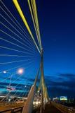 A construção de ponte no crepúsculo e reflexão do rio em nigh Fotografia de Stock Royalty Free