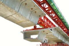 A construção de ponte, vigas de caixa prontas para a construção, segmentos da ponte segmental do período longo constrói uma ponte fotografia de stock