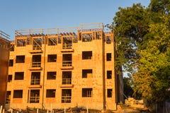 Construção de quadro do complexo de apartamentos da madeira Fotografia de Stock
