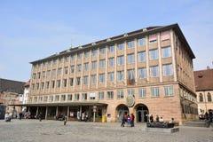 Construção de Rathaus no quadrado de Hauptmarkt em Nuremberg foto de stock royalty free