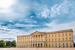 A construção de Royal Palace em Oslo, Noruega Foto de Stock Royalty Free