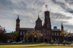 Construção de Smithsonian Institution na alameda nacional imagem de stock