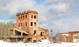 Construção de tijolo abandonada muito velha Imagens de Stock