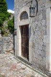Construção de tijolo antiga na barra velha da fortaleza, Montenegro Porta de madeira antiga e lanterna velha imagem de stock royalty free