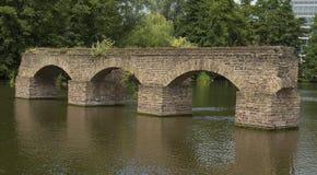 Construção de tijolo corroída velha na água Imagens de Stock