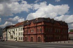 Construção de tijolo do departamento dos bombeiros anterior no eixo da cidade da rua fotografia de stock royalty free