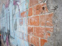 Construção de tijolo histórica com arte da rua imagens de stock royalty free