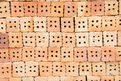 A construção de tijolo vermelho é importante na construção das paredes Fotos de Stock Royalty Free