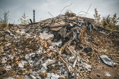 Construção de tijolo vermelho arruinada destruída pelo terremoto ou o furacão ou a guerra ou o outro desastre Casa demulida Resto imagens de stock