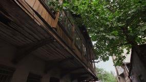 Construção de trabalho residencial velha do tijolo com um balcão de madeira na parte velha de Tbilisi, Geórgia video estoque