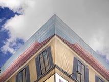 Construção de trabalhos da cobertura com as janelas da falsificação da decoração Imagens de Stock