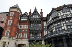construção de Tudor do Europeu-estilo Fábrica do chocolate, parque de Shiroi Koibito imagem de stock royalty free