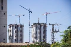 Construção de um arranha-céus com um guindaste fotografia de stock royalty free