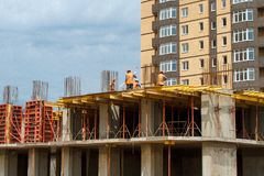 Construção de um edifício de apartamento imagem de stock