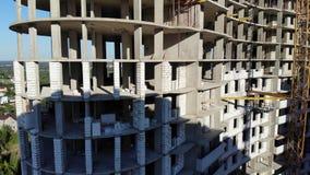 Construção de um edifício de apartamento Tiros do ar vídeos de arquivo