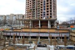 Construção de um monólito do arranha-céus Fotos de Stock