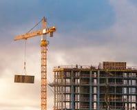 Construção de um prédio com um guindaste Fotografia de Stock Royalty Free