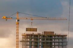 Construção de um prédio com um guindaste Fotos de Stock Royalty Free