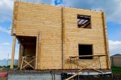 Construção de uma casa feita da madeira serrada laminada do folheado o quadro da casa Casa de campo feita da madeira laminada Imagem de Stock Royalty Free