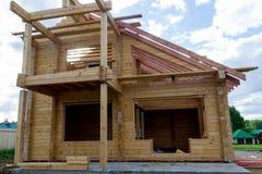 Construção de uma casa feita da madeira serrada laminada do folheado o quadro da casa Casa de campo feita da madeira laminada Foto de Stock