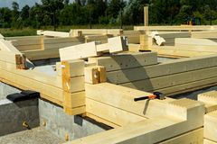 Construção de uma casa de madeira feita da madeira serrada laminada perfilada do folheado Cantos do marcador fotografia de stock royalty free
