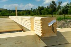Construção de uma casa de madeira feita da madeira serrada laminada perfilada do folheado Cantos do marcador imagens de stock royalty free