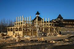 Construção de uma casa de madeira tradicional imagens de stock royalty free