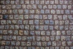 Construção de uma estrada de uma pedra molhada bonita do granito Fotos de Stock