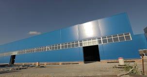 Construção de uma fábrica ou de um armazém moderno A construção de uma grande fábrica ou armazém Edifício Indústria E video estoque