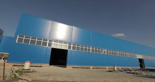Construção de uma fábrica ou de um armazém moderno A construção de uma grande fábrica ou armazém Edifício Indústria E vídeos de arquivo
