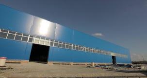 Construção de uma fábrica ou de um armazém moderno A construção de uma grande fábrica ou armazém Edifício Indústria E filme