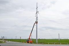 Construção de uma linha elétrica de alta tensão Conjunto e instalação do apoio novo de uma linha elétrica imagem de stock royalty free