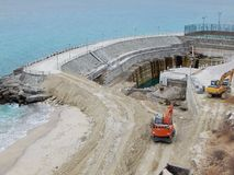 Construção de uma represa marinha imagens de stock