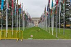 Construção de United Nations com as bandeiras em Genebra, Suíça fotografia de stock