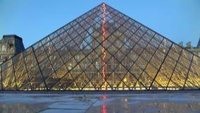 Construção de vidro moderna da pirâmide perto do museu conhecido mundial, bandeja vertical vídeos de arquivo
