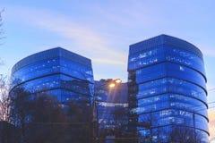 A construção de vidro não é alta com as janelas transparentes no azul fotos de stock royalty free