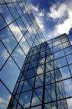 Construção de vidro para a reflexão do negócio do céu azul e das nuvens Fotografia de Stock