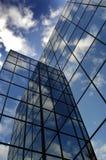 Construção de vidro para a reflexão do negócio do céu azul e das nuvens Imagem de Stock