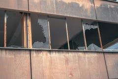 Construção degradada com janelas quebradas imagens de stock royalty free