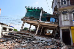 Construção desmoronada após o desastre do terremoto Imagens de Stock Royalty Free