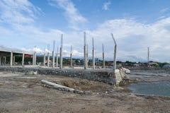 A construção desmoronada saiu sobre após o tsunami em Palu, Indonésia fotografia de stock